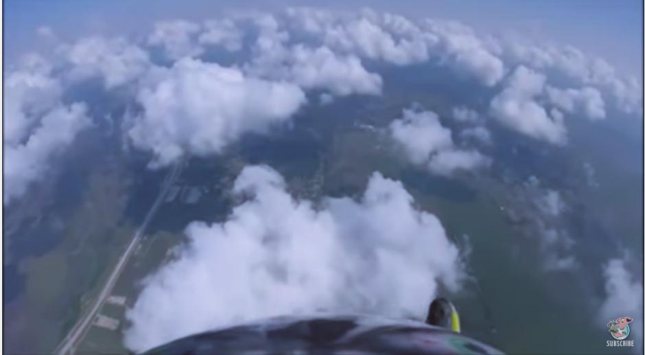 El hombre vuelve a ponerse el zapato, ya que en el aterrizaje es necesario para detener la velocidad de la caída. (Captura Youtube)