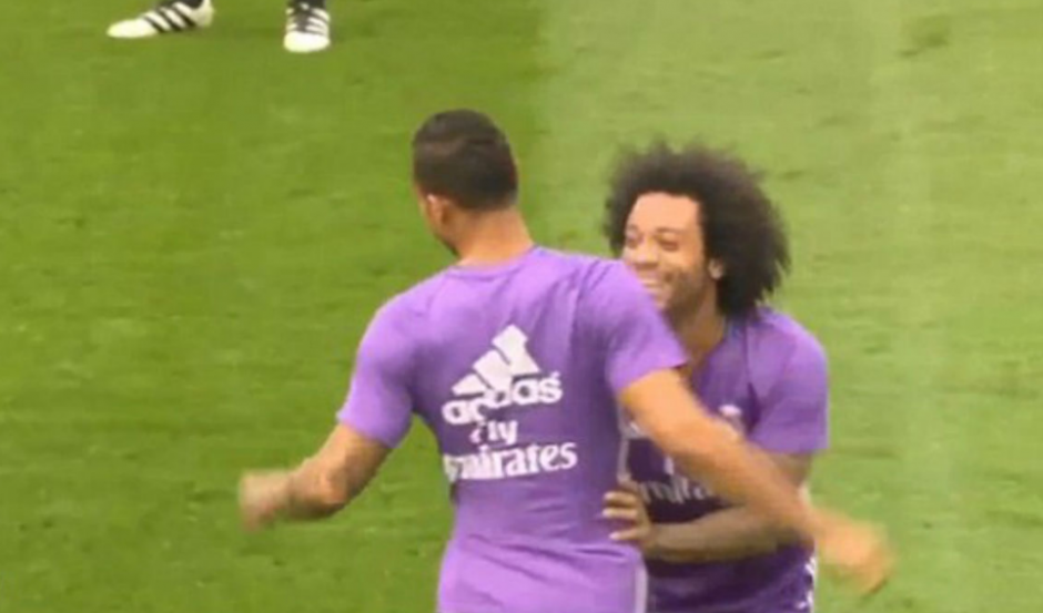 "Marcelo se ríe con Danilo, después del ""tunelito"" a Cristiano. (Captura de Pantalla)"