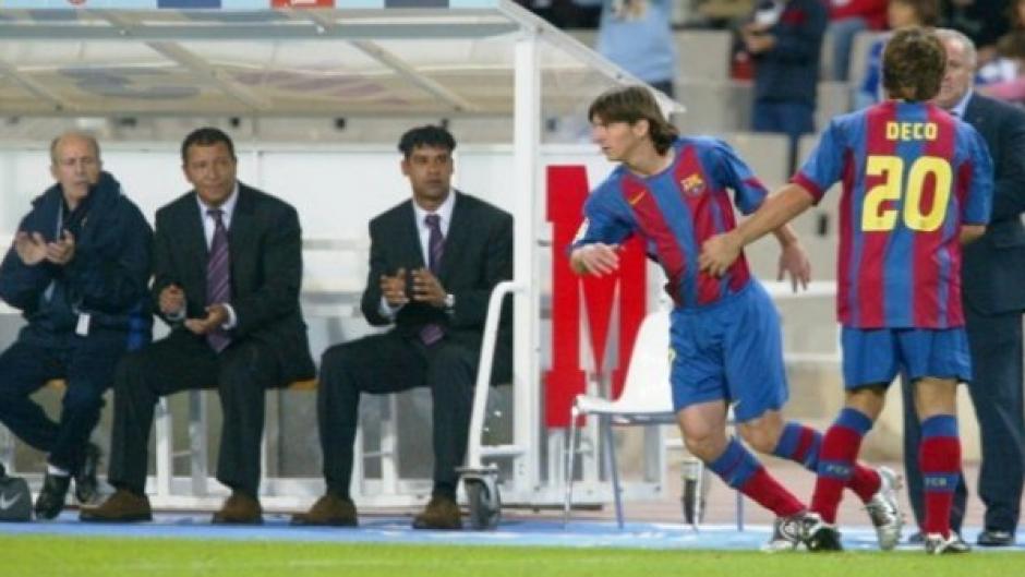 Frank Rijkaard, al fondo, el técnico que lo hizo debutar. (Foto: FC Barcelona)