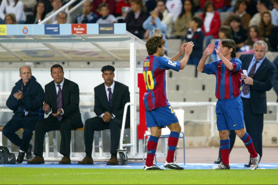Momento del cambio por Deco, el 16 de octubre de 2004. (Foto: FC Barcelona)