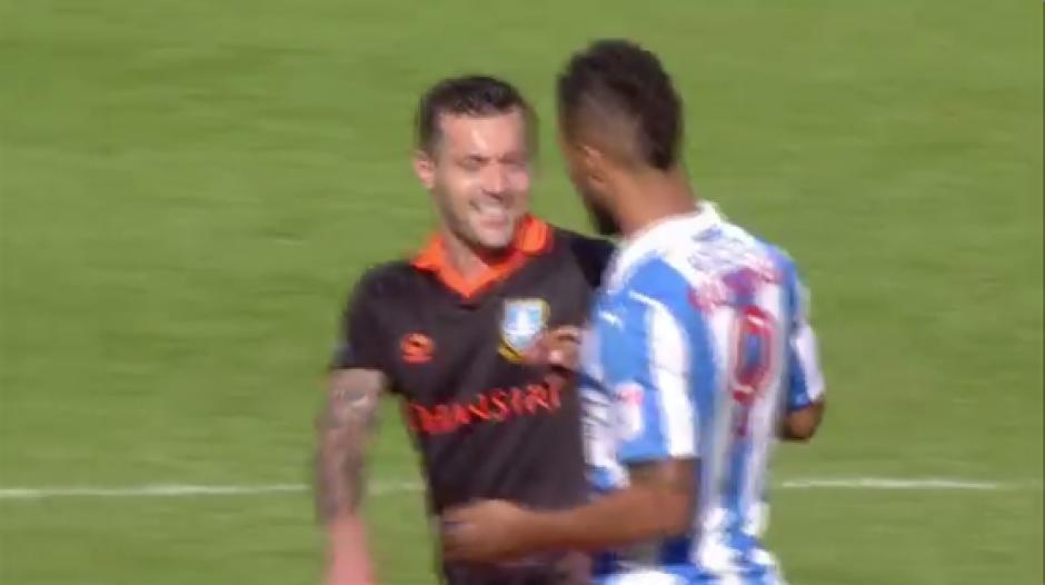 La situación genera el enfado del local y las risas del pícaro rival. (Captura Sky Sports)