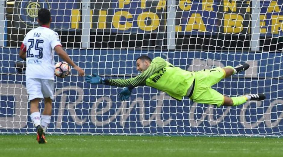 El portero Handanovic realizó un extraño lance que le costó la derrota a su equipo. (Foto: AFP)