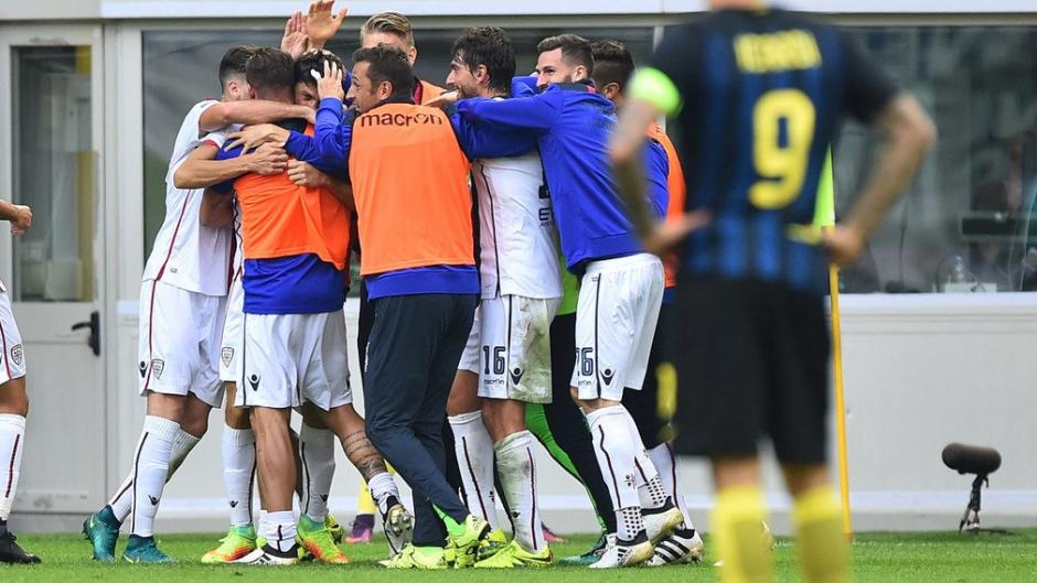 Los jugadores del Cagliari celebran la victoria, con Icardi en primer plano. (Foto: AFP)