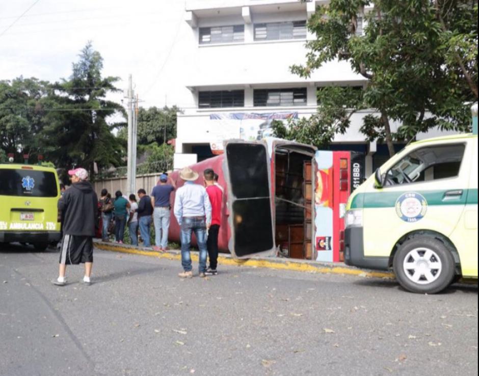 El accidente fue provocado por un bus y un auto particular. (Foto: Bomberos Municipales)