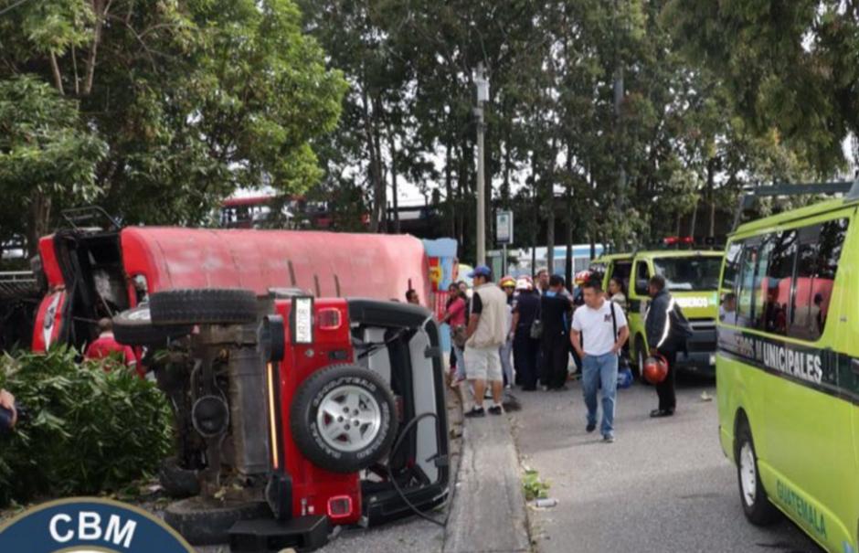 Ambos vehículos quedaron volcados. (Foto: Bomberos Municipales)
