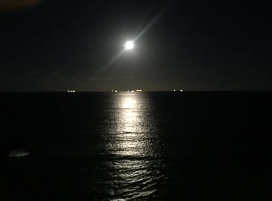 La superluna iluminando el mar de Veracruz. (Foto: @JlsArthrs  /Twitter)
