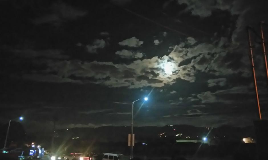 La superluna vista desde Villa Nueva. (Foto: @GudielGerson /Twitter)