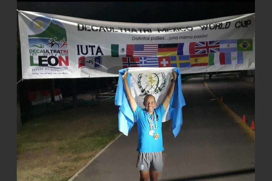 Sagastume celebra con la bandera de Guatemala en la meta. (Foto: JC Sagastume)