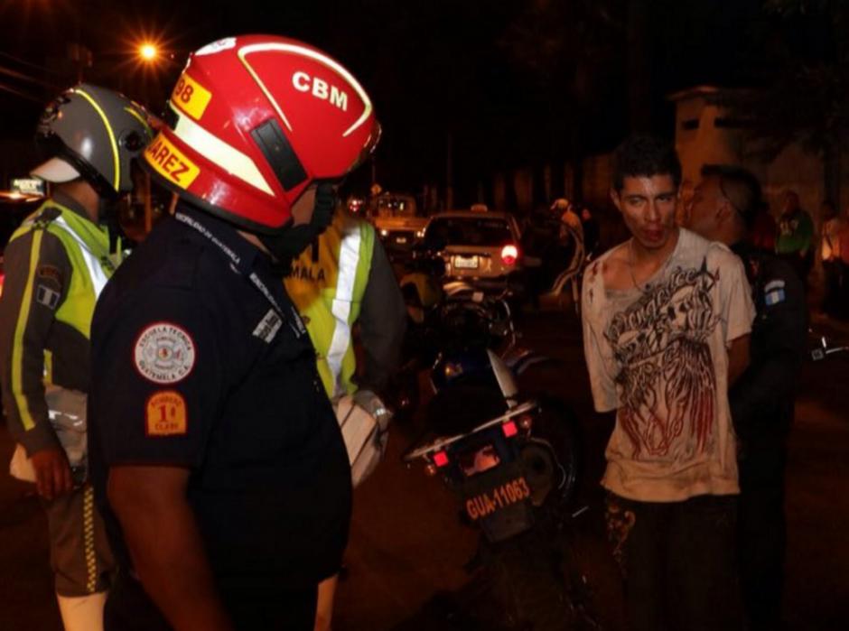 Luego de ser golpeado los bomberos Municipales lo atendieron. (Foto: Bomberos Municipales)