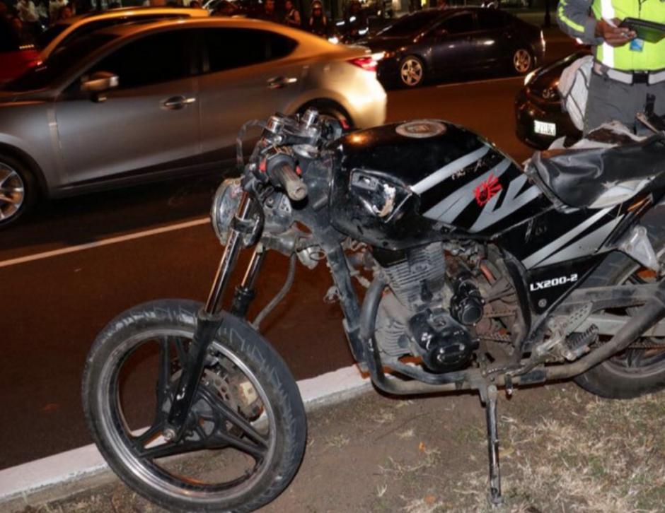 El hombre intentó asaltar a un taxista y al no lograrlo abandonó la moto. (Foto: Bomberos Municipales)