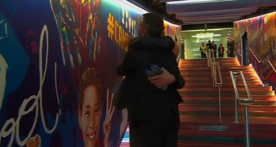 Los directores técnicos se fundieron en un abrazo. (Imagen: captura de pantalla)