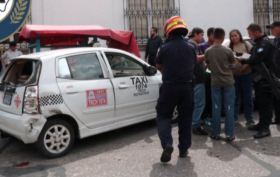 La patrulla chocó contra un taxi en la zona 1. (Foto: Bomberos Municipales)