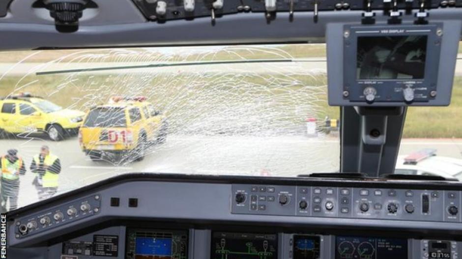 Imagen del cristal roto del avión. (Foto: Twitter/Fenerbahce)