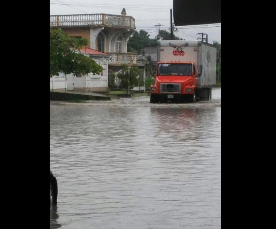 En Puerto Barrios las lluvias provocaron inundaciones en varias calles. (Foto: Izabal Informativo)