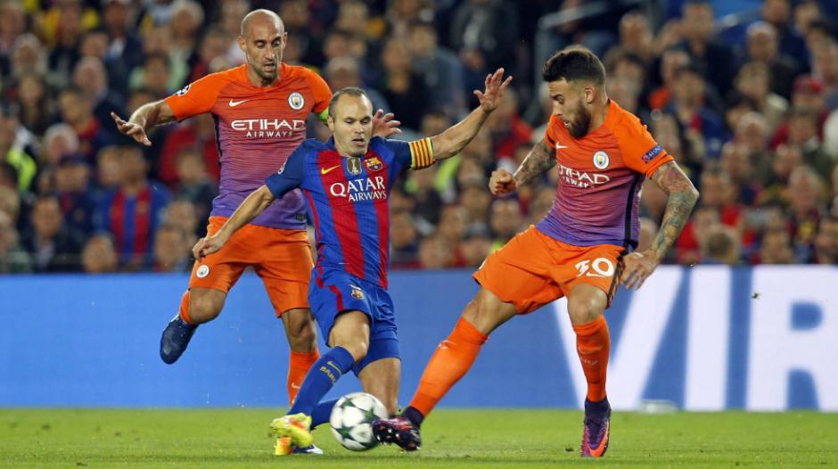 Andrés Iniesta dejó a Fernandinho en el aire. (Foto: AFP)