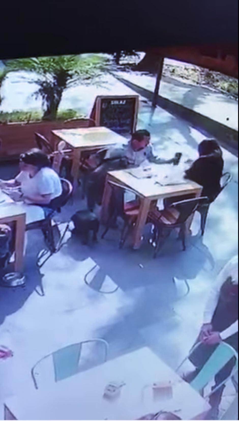 En cuestión de segundos, el hombre saca las pertenencias de la víctima. (Imagen: captura de YouTube)