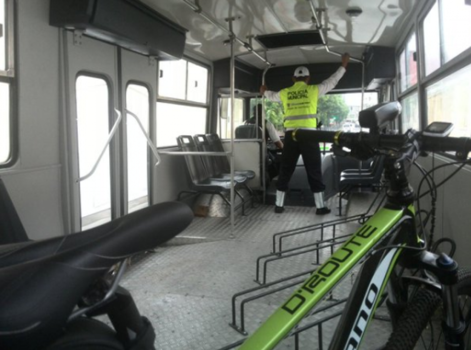 Los autobuses están adaptados para que los usuarios puedan viajar con su bicicleta. (Foto: Archivo/Soy502)