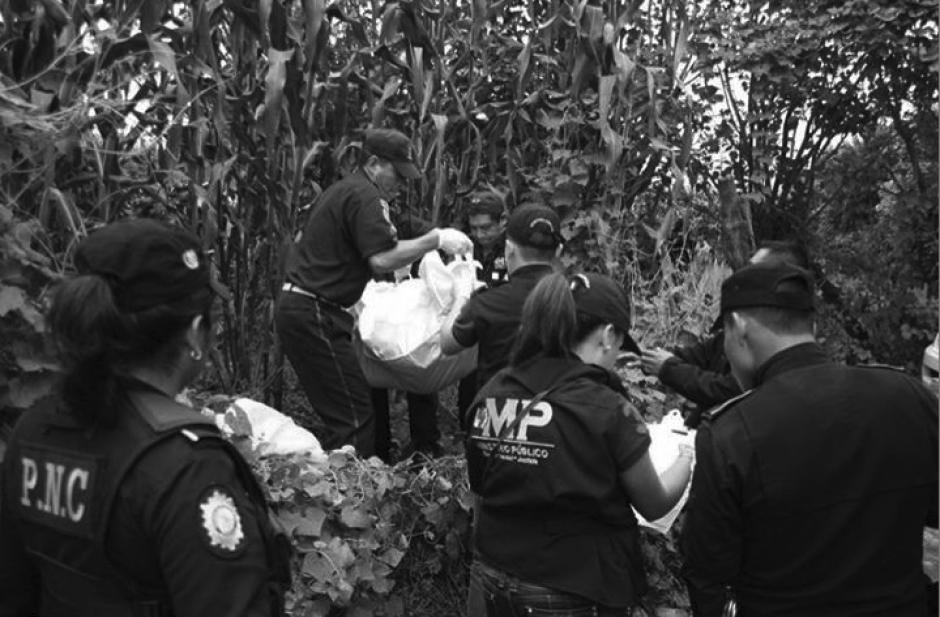 El cadáver de Mayra López, fue localizado entre vegetación en el camino a Las Tres Cruces, Santiago, Sacatepéquez. (Foto: Ministerio Público)
