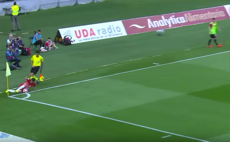 El joven del Almería dio una asistencia después de su extraña jugada. (Imagen: captura de pantalla)