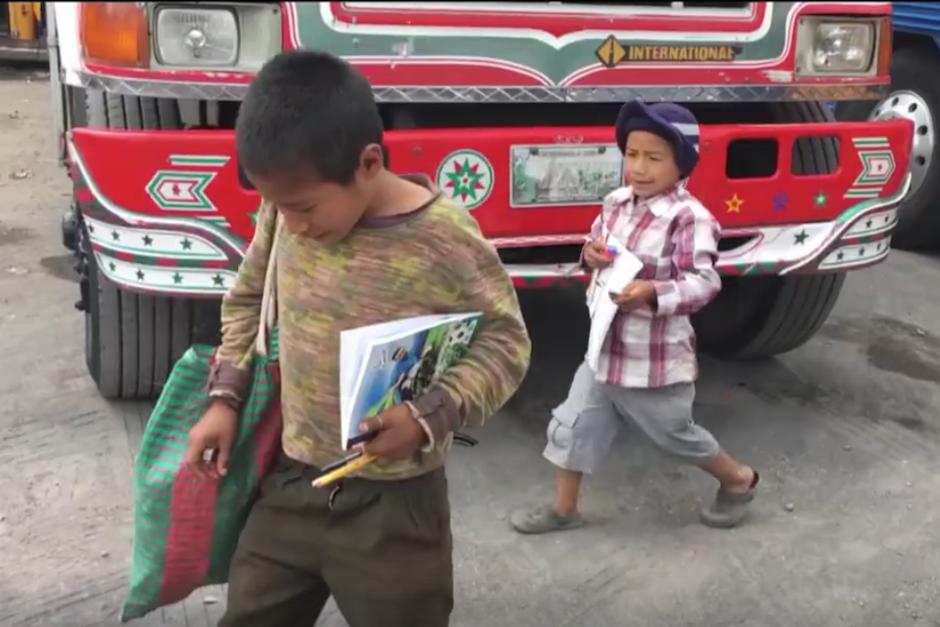 Los niños parecían satisfechos con sus cuadernos. (Imagen: captura de pantalla)