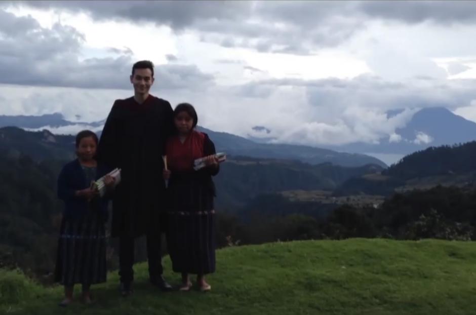 En el video utiliza la toga porque espera inspirar a los niños a seguir sus sueños. (Imagen: captura de pantalla)