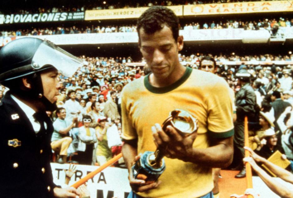 Carlos Alberto, con el trofeo del Mundial 1970. (Foto: Goal.com)