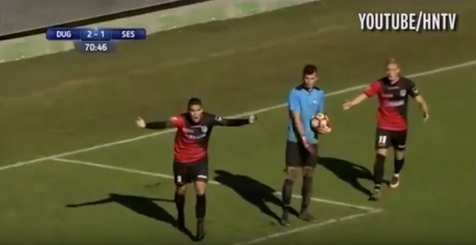 Los jugadores no podían creer la decisión del árbitro. (Imagen: captura de pantalla).