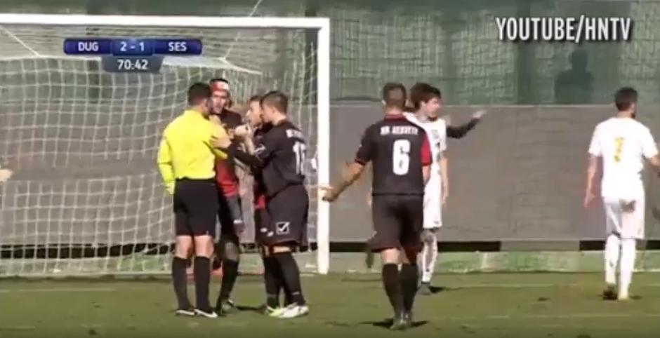 ...Excepto para el árbitro, que marcó saque de puerta. (Imagen: captura de pantalla).
