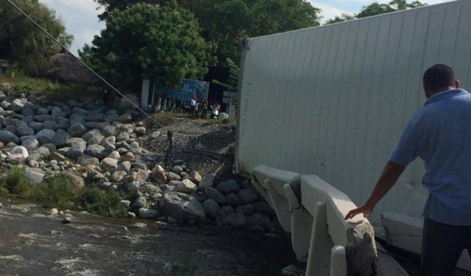 La estructura del puente fue dañada. (Foto: Gráfico de Oriente)