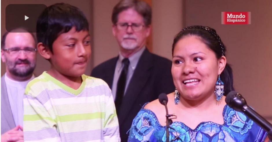 Hilda Ramírez sonríe al conocer el beneficio que ha obtenido para ella y su hijo. (Imagen: captura de video)