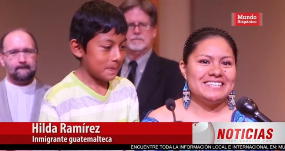 La guatemalteca sonríe tras conocer el beneficio que le otorgaron las autoridades migratorias. (Imagen: captura de video)