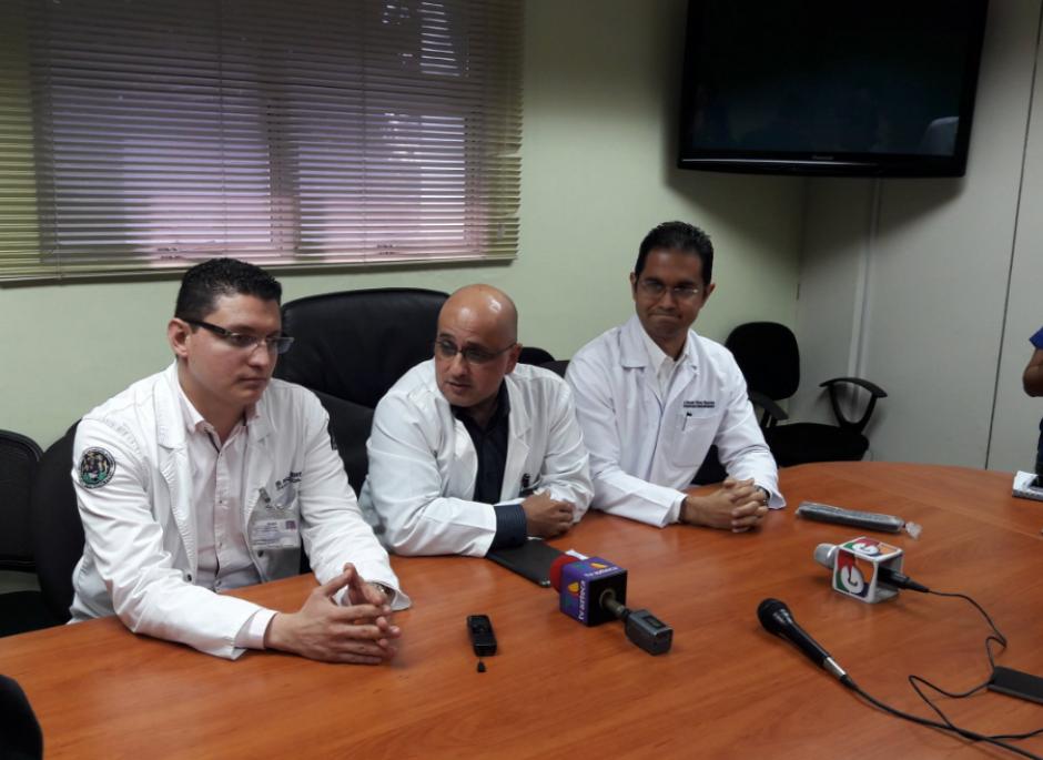 Los médicos del IGSS informaron sobre el estado de salud de los implicados. (Foto: Javier Lainfiesta/Soy502)