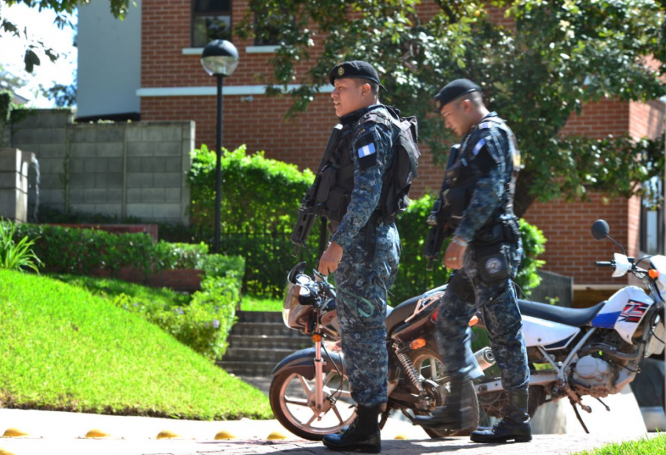 Los elementos de las fuerzas especiales de la PNC vigilan el lugar. (Foto: Jesús Alfonso/Soy502)
