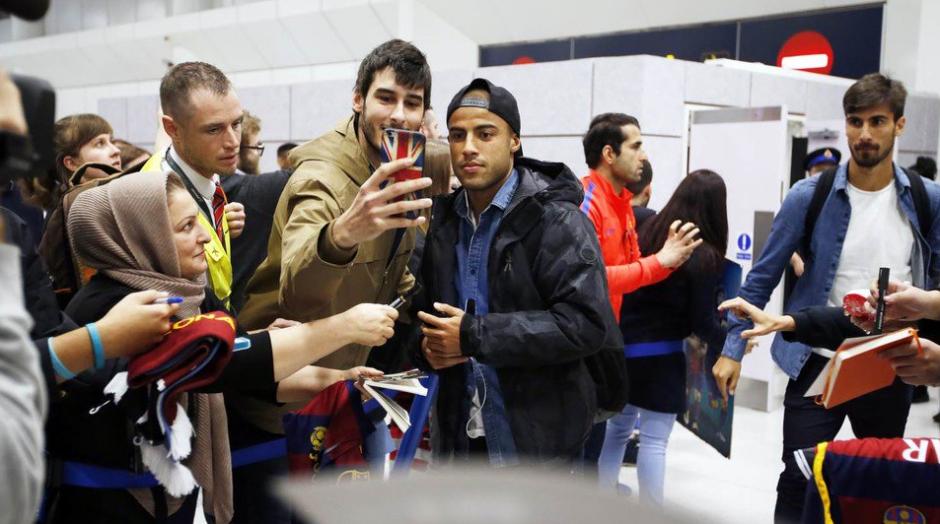 Los aficionados se tomaron fotos con los futbolistas. (Foto: FCB)