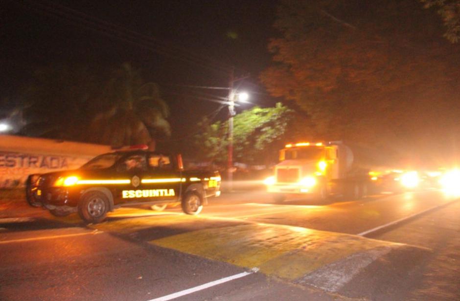 En la ciudad, la PNC la PMT acompañaron al transporte pesado. (Foto: PNC)
