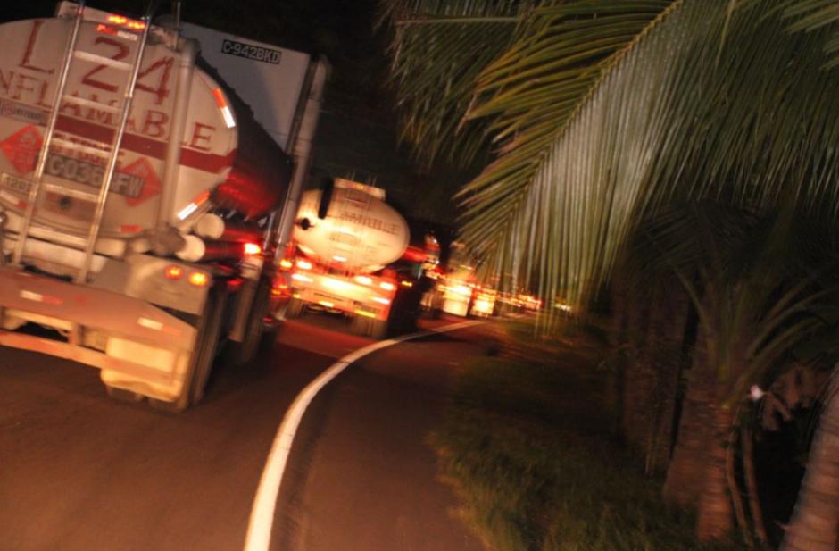 El fin de semana se escoltaron a la ciudad las pipas de combustible. (Foto: PNC)