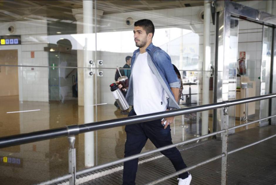 Luis Suárez en el aeropuerto, rumbo a Manchester. (Foto: FCB)