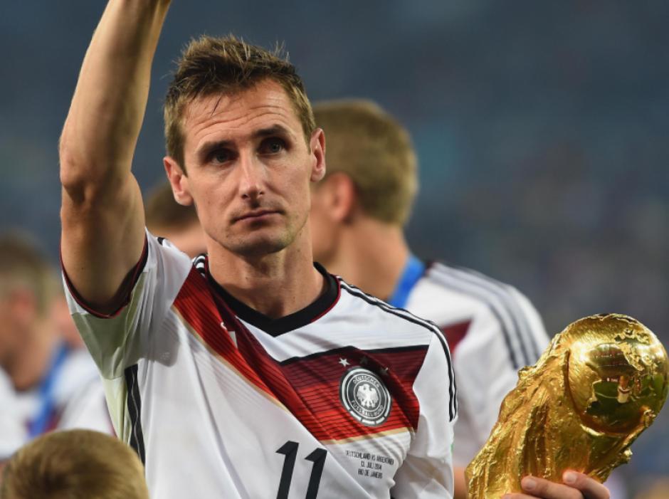 Klose con el trofeo de Brasil 2014, su último partido con Alemania. (Foto: DFB.de)