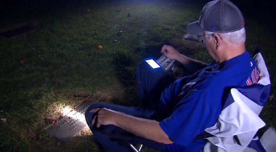 Wyne Williams fue hasta la tumba de su padre a escuchar por radio el juego 7 de la Serie Mundial.  (Foto: Captura de video)
