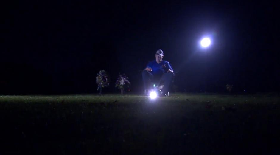Wyne estuvo dentro del Cementerio con un par de lámparas y de su teléfono celular. (Foto: Captura de video)