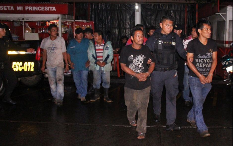 Los capturados descargaban azúcar de un camión robado. (Foto: PNC)