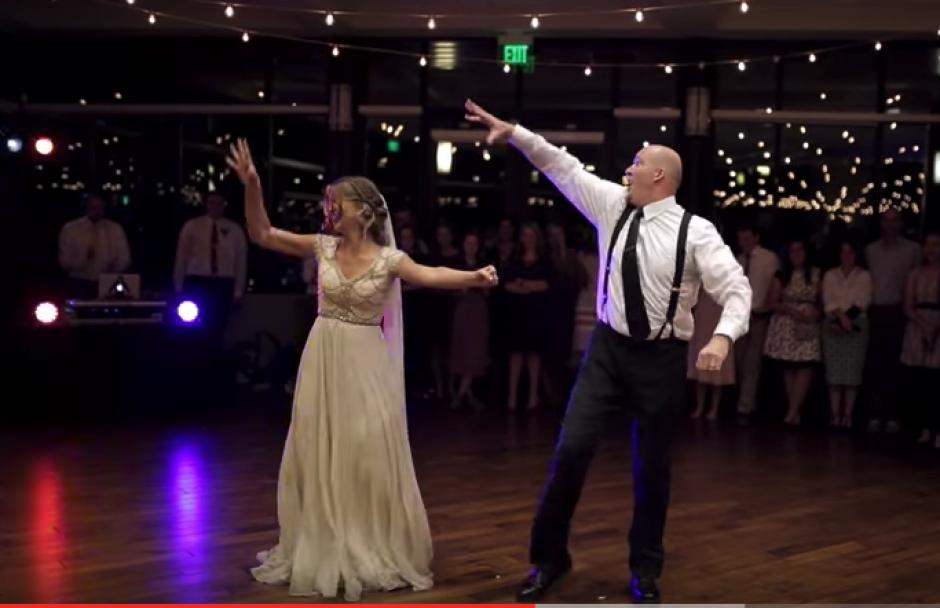 Padre e hija sorprenden en pleno baile de boda. (Foto: Captura de video)