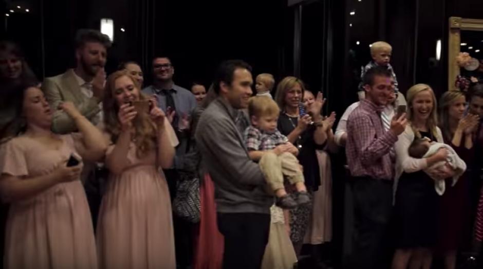 Los asistentes a la boda observan impresionados mientras otros graban el increíble momento. (Foto: Captura de video)