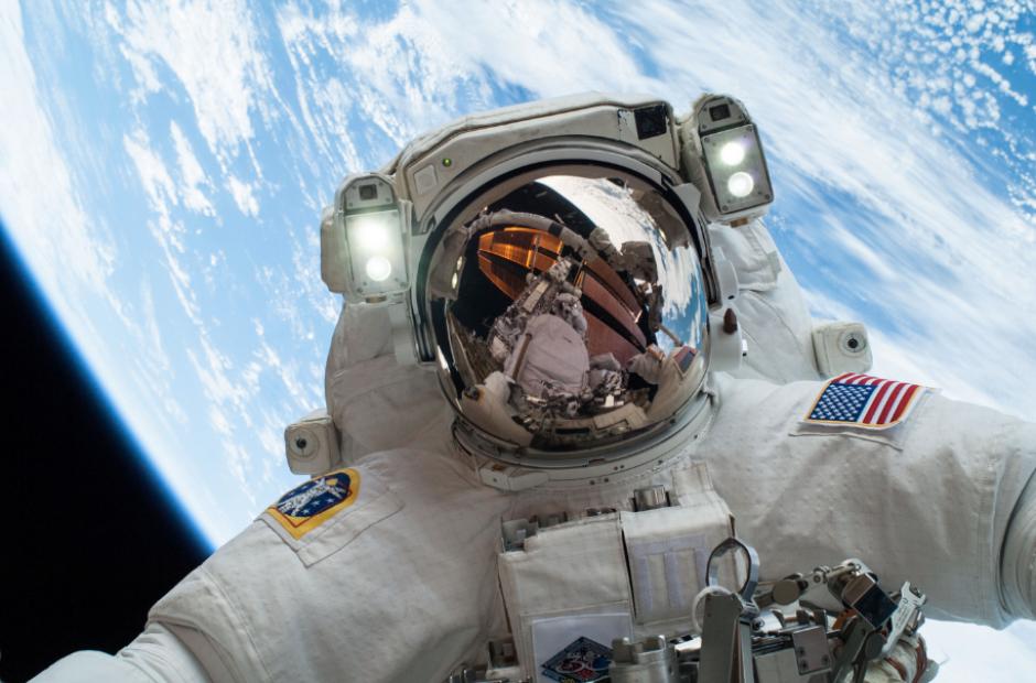 Los astronautas también ejercen su derecho al voto. (Foto: Hipertextual)