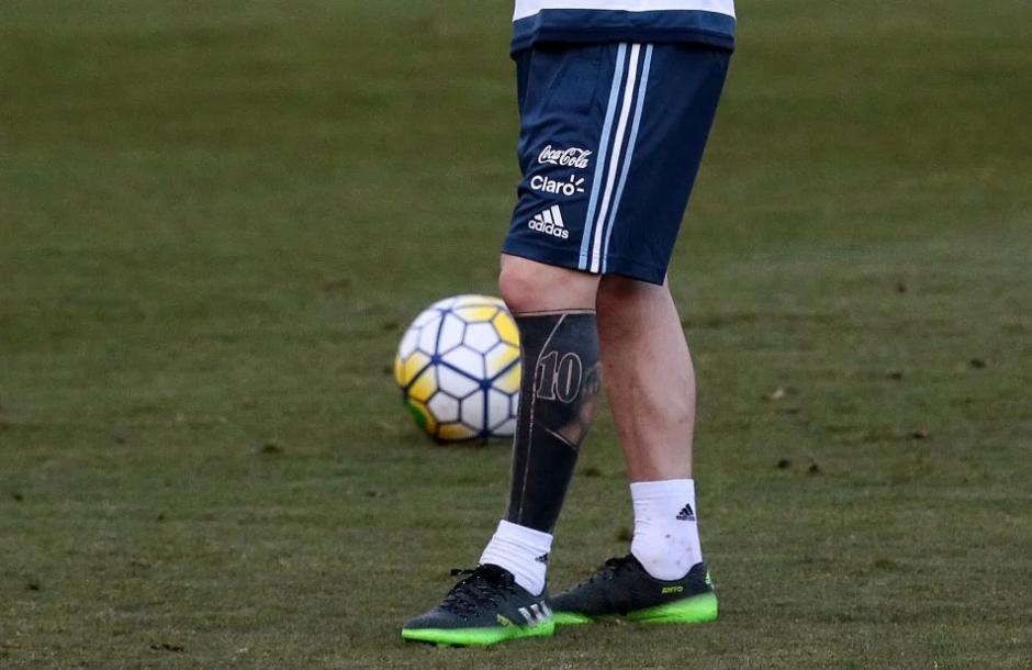 Leo dejó las manos de Thiago, un 10 y una pelota; el resto lo cubrió. (Foto: AFP)