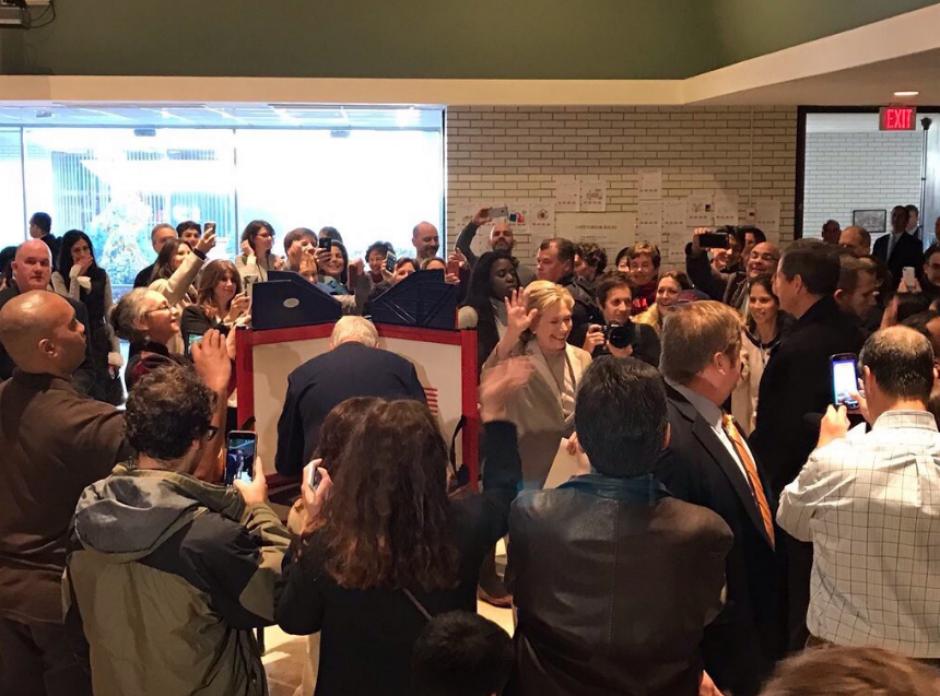 La candidata demócrata Hillary Clinton emitió su voto. (Foto: Univisión Política)