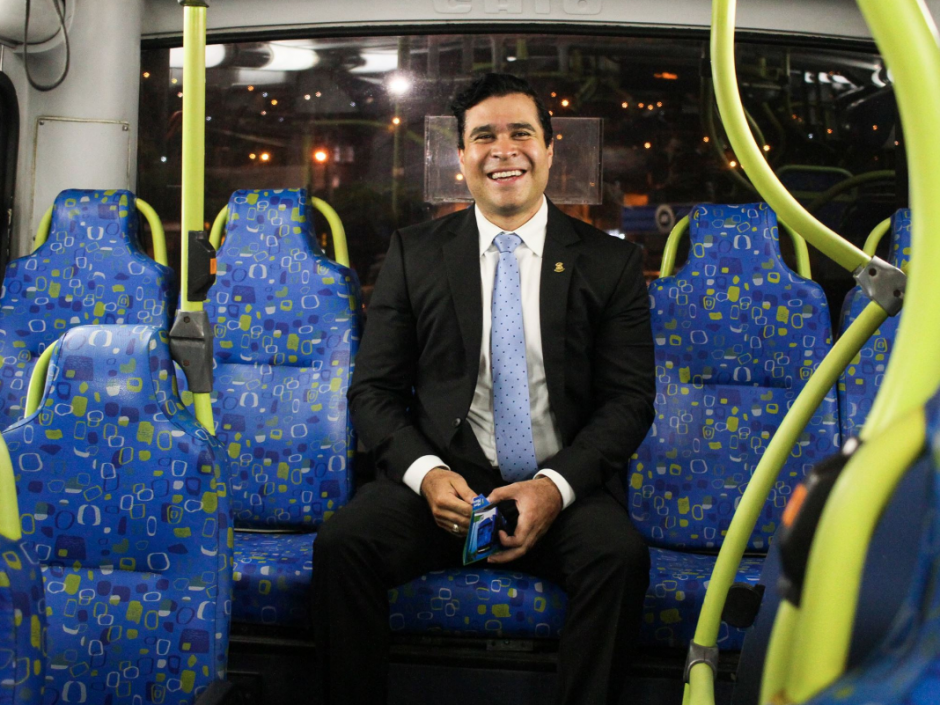 El alcalde de Mixco se subió a uno de sus buses. (Foto: Facebook/Neto Bran)