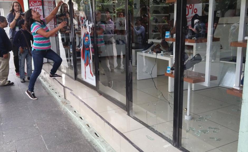 Vándalos provocaron daños a varios locales comerciales. (Foto: José Miguel Castañeda)