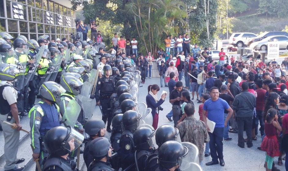Agentes antimotines intervinieron en los disturbios originados por el desalojo de vendedores ambulantes del Paseo de la Sexta. (Foto: José Miguel Castañeda/Soy502)