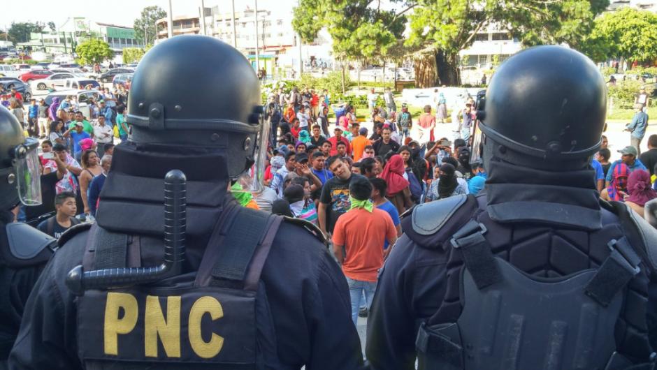 Los agentes de la PNC cercaron el edificio de la Municipalidad de Guatemala, luego que vendedores se desplazaran hacia ese lugar. (Foto: José Miguel Castañeda/Soy502)